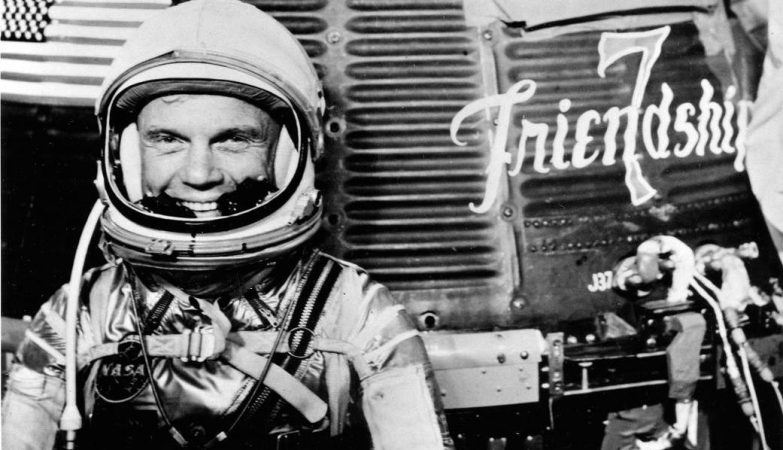 O astronauta John Glenn ao lado da sua Friendship 7