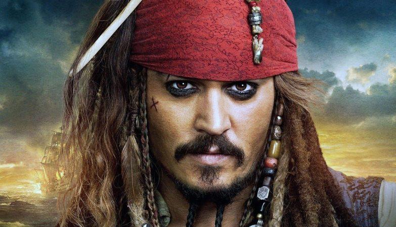 """Johnny Depp é Jack Sparrow em """"Piratas das Caraíbas"""" (Gore Verbinski, 2003)"""