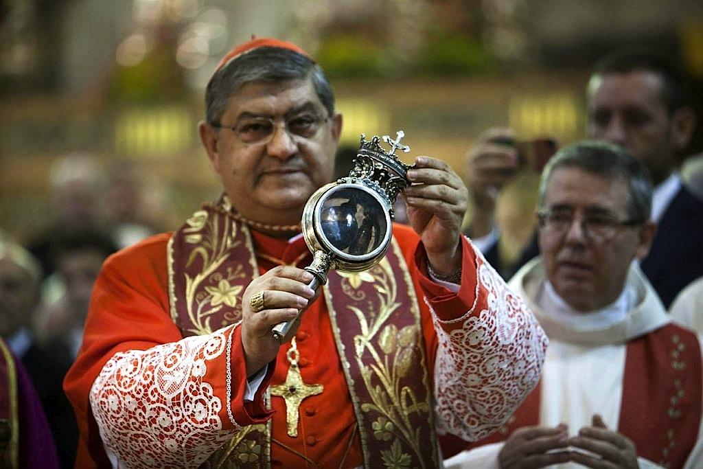O Sangue de São Januário é guardado num frasco histórico, e liquefaz-se quando a relíquia é aberta