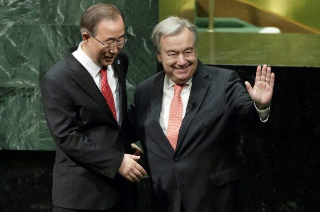 António Guterres com Ban Ki-moon, na sede da ONU, em Nova Iorque, onde tomou posse como novo secretário-geral e prestou juramento à carta das Nações Unidas