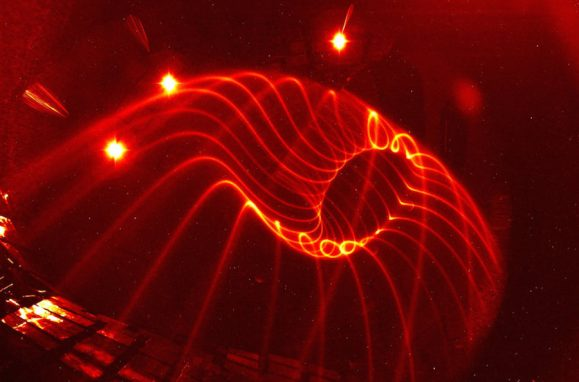 Visualização experimental das linhas do campo magnético do reactor nuclear Wendelstein 7-X (identificadas com uma precisão nunca antes conseguida)