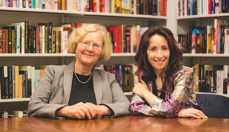 "Elizabeth Blackburn (esq) e Elissa Epel, autoras de ""The Telomere Effect"""