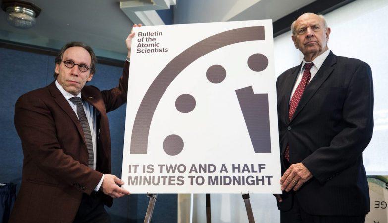 O físico teórico Lawrence Krauss e o antigo embaixador dos Estados Unidos na ONU Thomas Pickering anunciam a decisão do BPA de mover o Relógio do Apocalipse para os 2 minutos e meio antes da meia-noite