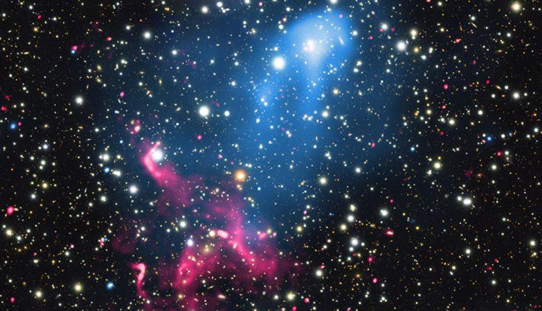 O acelerador de partículas cósmicas é criado quando a erupção de um buraco negro supermassivo é varrida pela colisão e fusão de dois enxames galácticos.