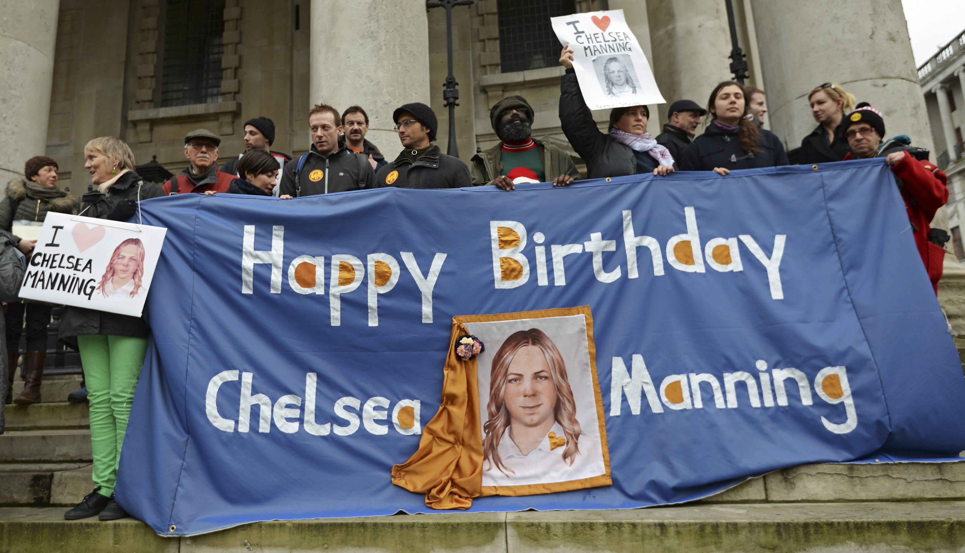 Ex-agente transgênero Chelsea Manning deixa prisão nos Estados Unidos