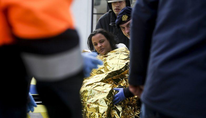 Um dos feridos no acidente com'ferry de passageiros é transportado para o hospital