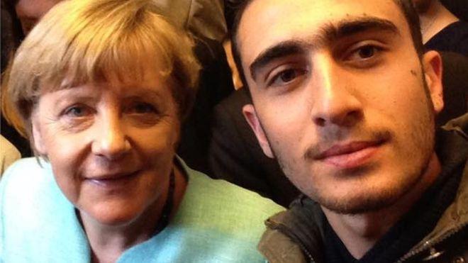 Anas Modamani, o refugiado sírio que tirou uma selfie com Angela Merkel e que agora está a processar o Facebook