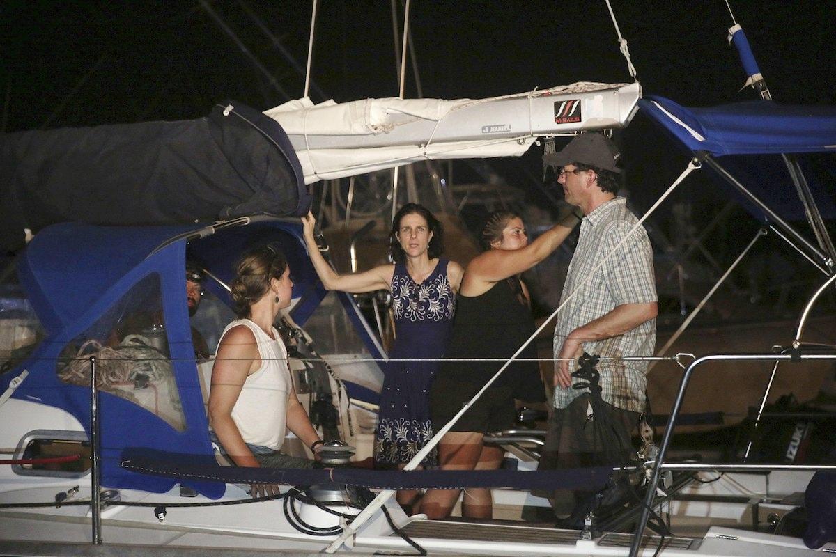 """A activista holandesa Rebeca Gomperts e outros activistas, interpelados pela polícia marítima guatemalteca a bordo do """"barco do aborto"""" da ONG Women on Waves"""