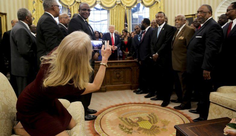 Kellyanne Conway, a assessora de Donald Trump, tira uma fotografia com os pés no sofá da Sala Oval da Casa Branca