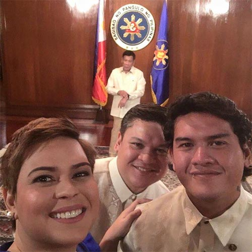 Sebastian Duterte, os irmãos Sara e Paolo e o pai ao fundo.