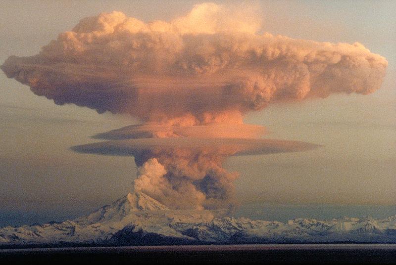 Erupção do super-vulcão Redoubt vista de península de Kenai, no Alasca, 1990