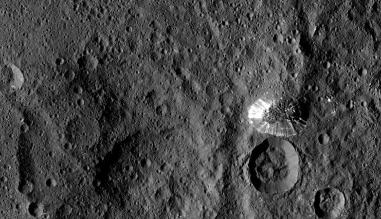 O solitário monte piramidal Ahuna fotografado pela sonda Dawn no planeta anão Ceres