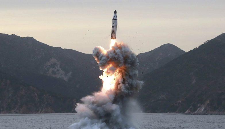 Lançamento de míssil balístico ICBM da Coreia do Norte a partir de um submarino