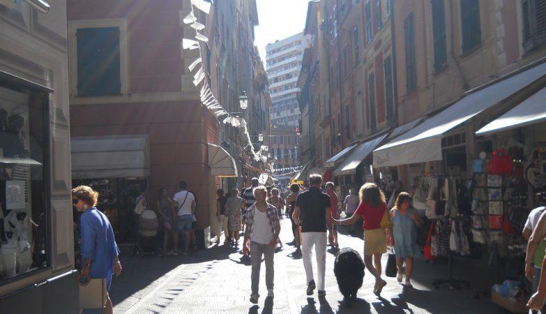Os comerciantes italianos pagam desde 1993 imposto sobre a sombra dos letreiros das lojas