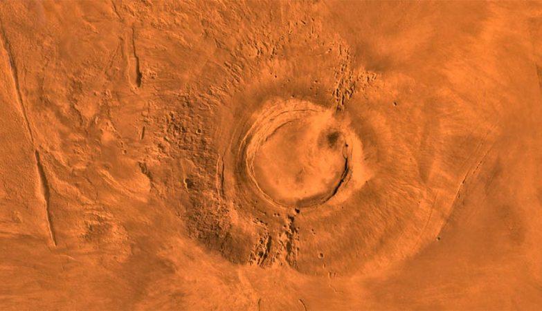 O extinto vulcão Arsia Mons, em Marte, captado por sonda da NASA no planalto Tharsis Montes.