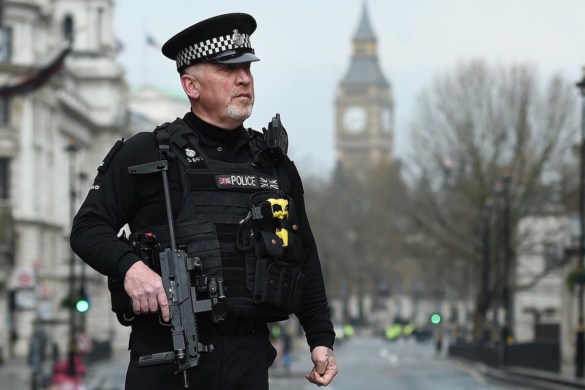 Polícia britânico em vigilância a Whitehall após o atentado terrorista junto ao parlamento britânico, em Londres