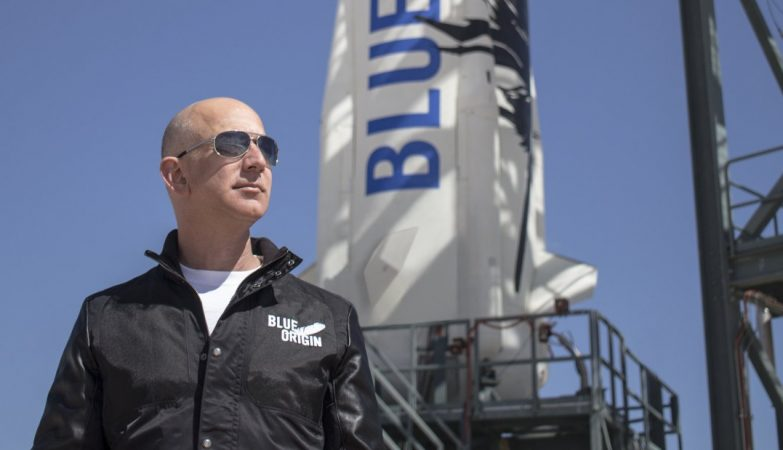 Jeff Bezos ao lado do Shepard, da Blue Origin