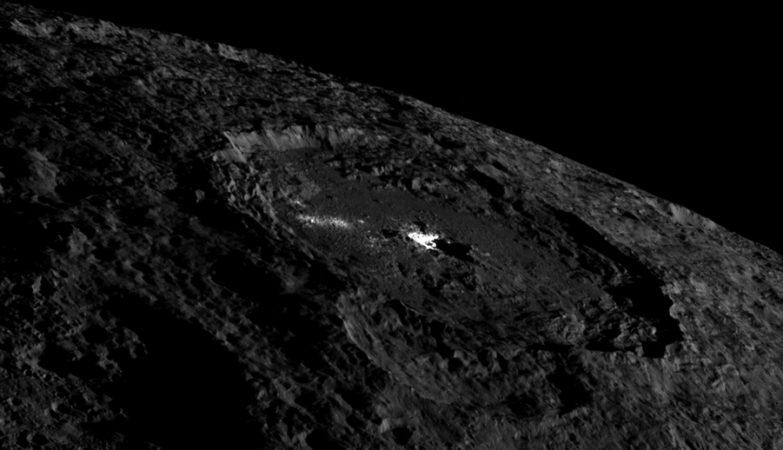 Uma imagem da Cratera Occator que mostra o poço brilhante no seu centro e a cúpula criovulcânica.