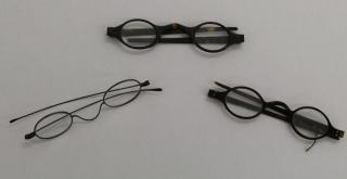 Óculos usados pela escritora Jane Austen em exibição na Biblioteca Britânica de Londres.