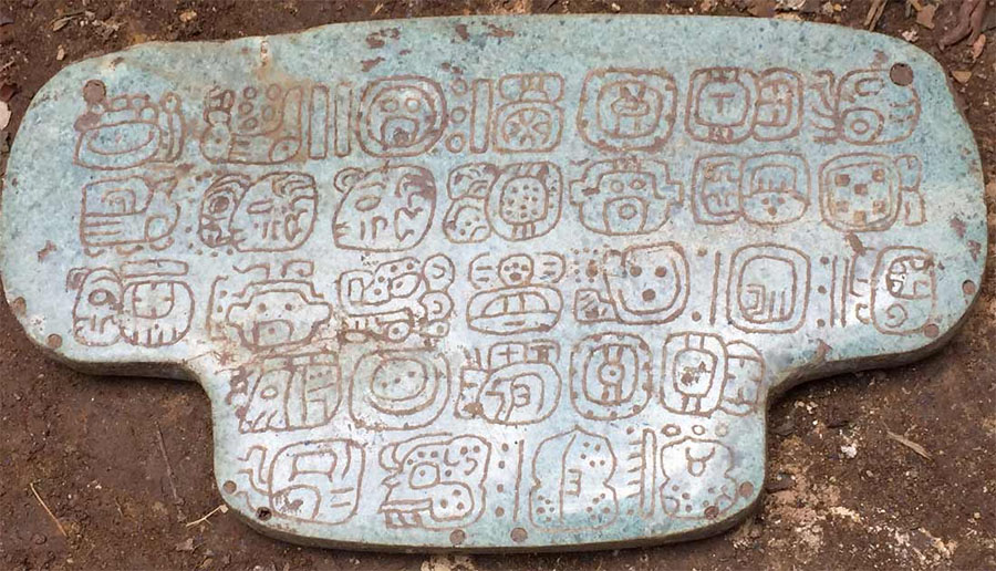 Pendente de jade que pertenceu a Rei Maia tem 30 hieróglifos para desvendar.