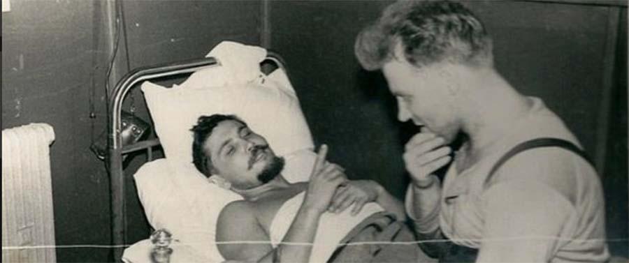 Médico soviético Leonid Rogozov após efectuar uma auto-operação para salvar a vida na década de 1960.