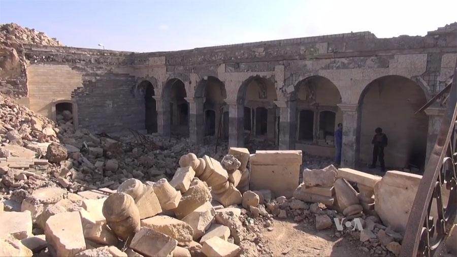 Ruínas da mesquita sunita, onde estava o Templo de Jonas, em Mosul, destruída pelo Daesh em 2014.