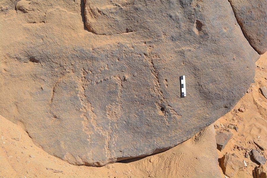 Gravura rupestre quase imperceptível supreende com bailarino de máscara do período Neolítico, no Egipto.