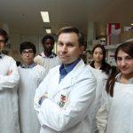 O biólogo e professor de genética David Sinclair (c) e a sua equipa de investigadores