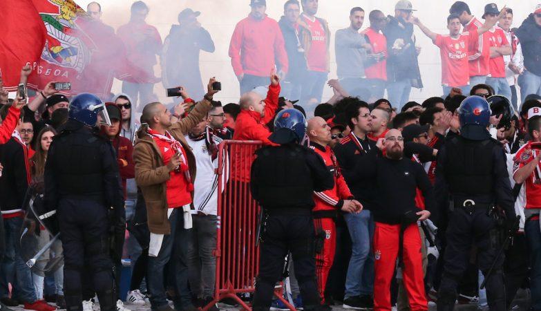 Adeptos do Benfica à chegada ao Estádio da Luz pouco antes do jogo da Primeira Liga de Futebol com o FC Porto