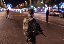 Agentes da polícia francesa após o atentado terrorista em Paris que vitimou dois polícias