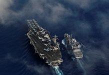O porta-aviões classe Nimitz USS Carl Vinson (e) e o navio de reabastecimento INS Shakti (d), da marinha indiana, em exercícios conjuntos