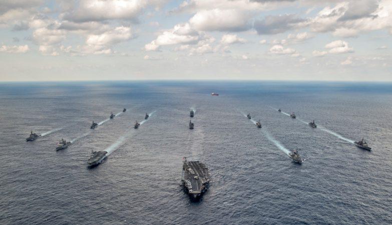 A frota de ataque do porta-aviõies norte-americano USS Carl Vinson com os contra-torpedeiros japoneses Ashigara e Samidare