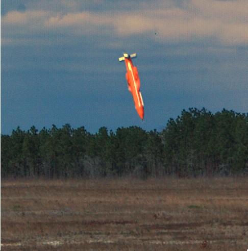 O protótipo da MOAB GBU-43 instantes antes do impacto no seu primeiro teste, em 11 de Março 2003