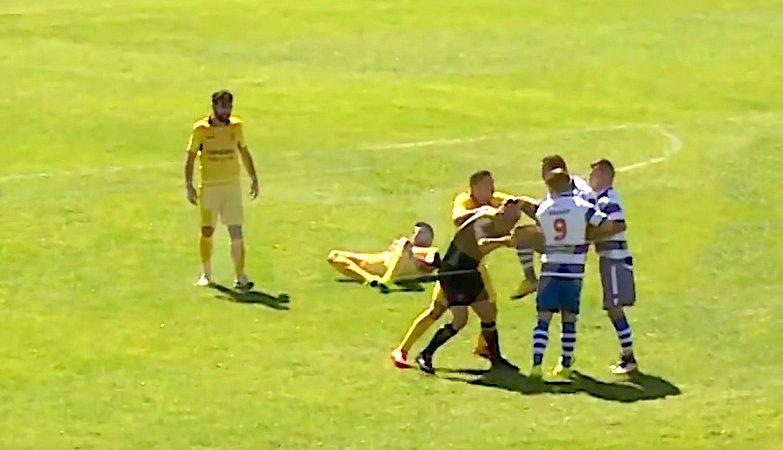 Jogador do Canelas 2010 agride árbitro durante o jogo com o Rio Tinto