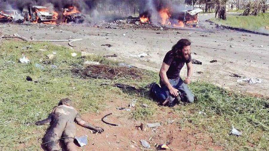 Cena de fotógrafo resgatando menino na Síria vira ícone contra guerra