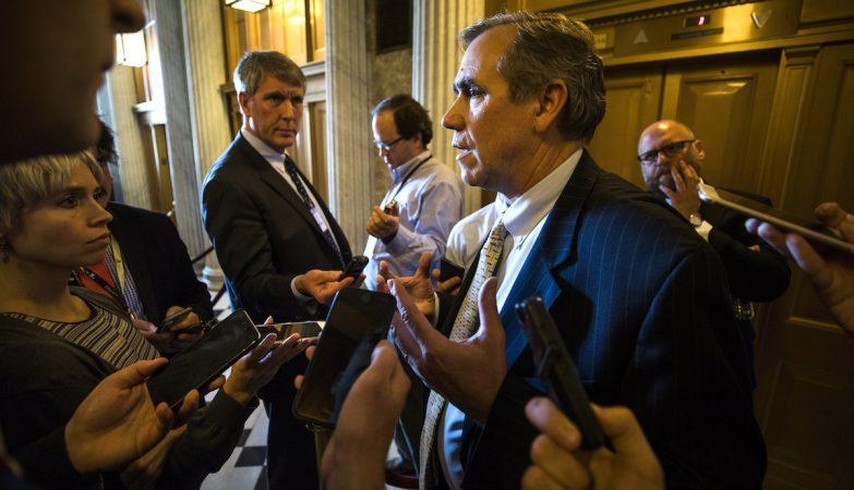 O senador Jeff Merkley fala à imprensa depois de discursar durante 15 horas no Senado