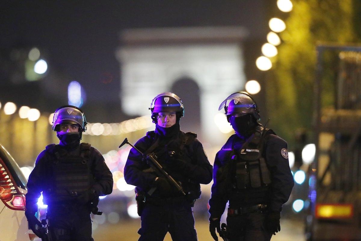 O atacante foi abatido a tiro pela polícia parisiense