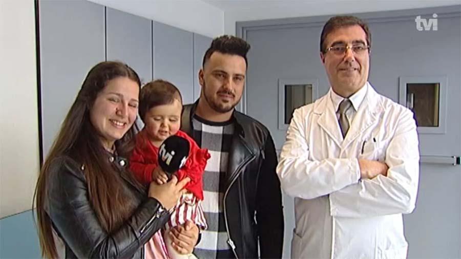 Cirurgião Abel Mesquita, do Centro Materno Infantil do Porto, com os pais e a bebé após a operação.