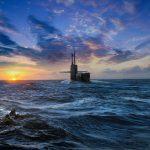 Mergulhadores das forças especiais Navy Seals nadam de regresso ao submarino USS Michigan após uma operação