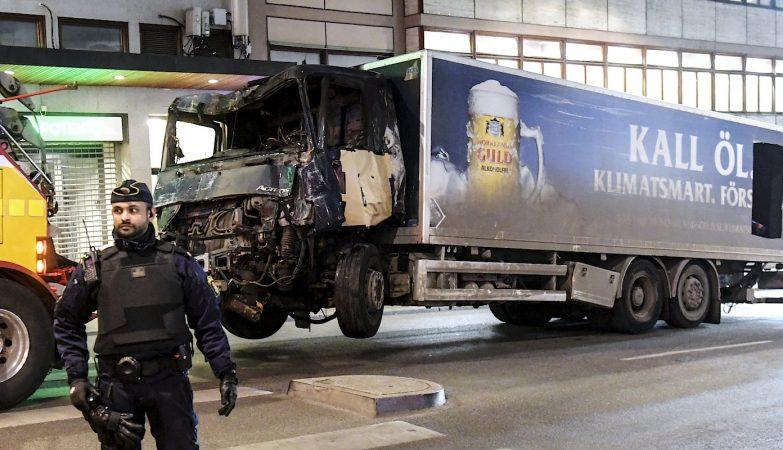 Camião de transporte de cerveja usado no ataque de Estocolmo rebocado do local do atentado