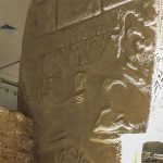 """A """"Pedra do Abutre"""" em Gobekli Tepe, Turquia."""