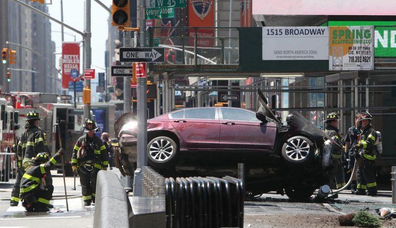 Carro atropela pelo menos uma dezena de pessoas em Times Square