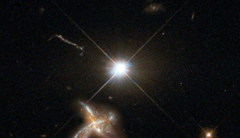 Impressão de artista de um quasar e de uma galáxia vizinha em fusão