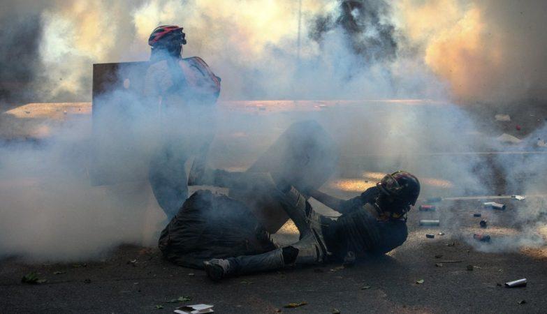 Grupo de manifestantes enfrenta a Guarda Nacional Bolivariana em protesto contra o presidente da Venezuela