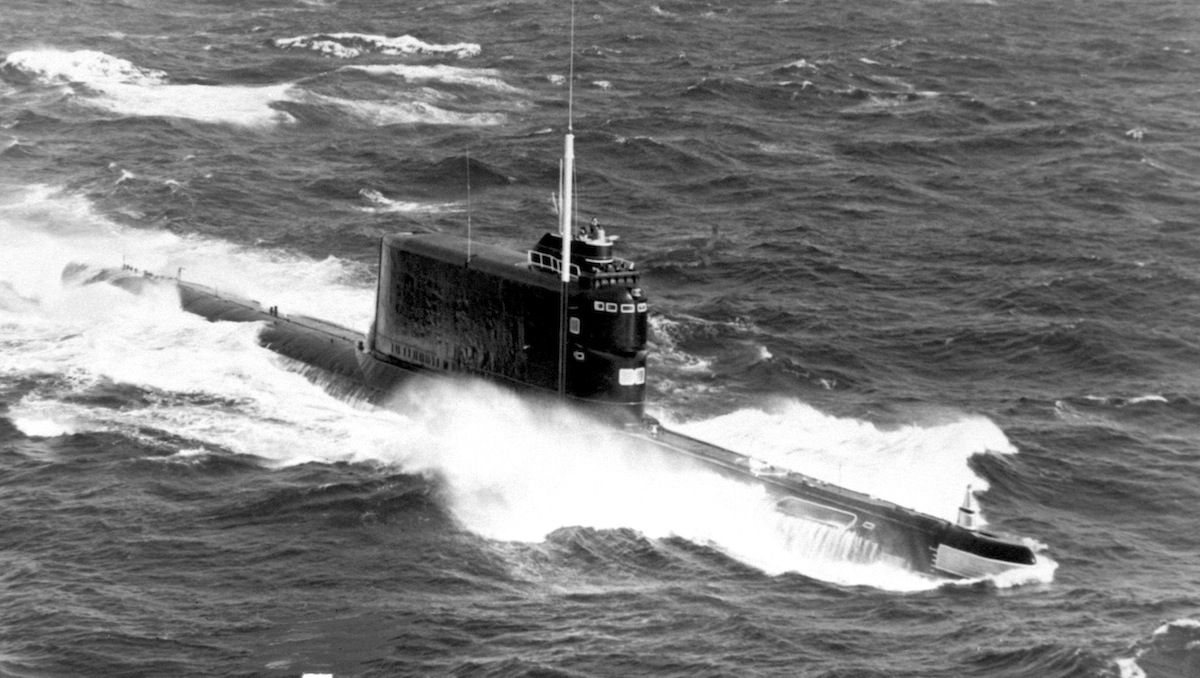 Vista aérea de estibordo de um submarino soviético de mísseis balísticos classe Golf-II (1985)