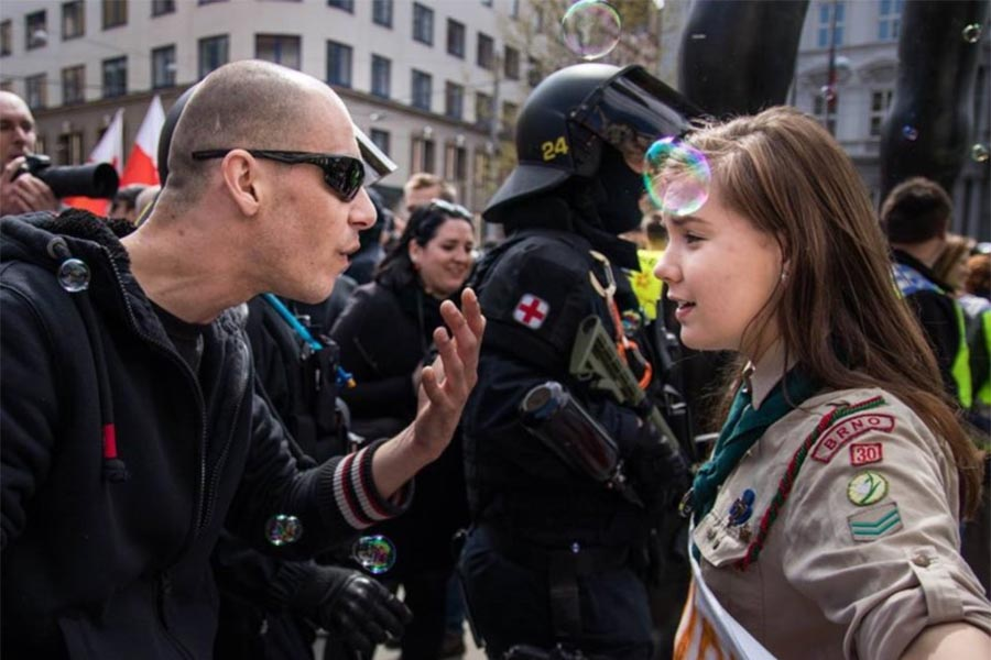 Jovem escoteira enfrenta neonazi
