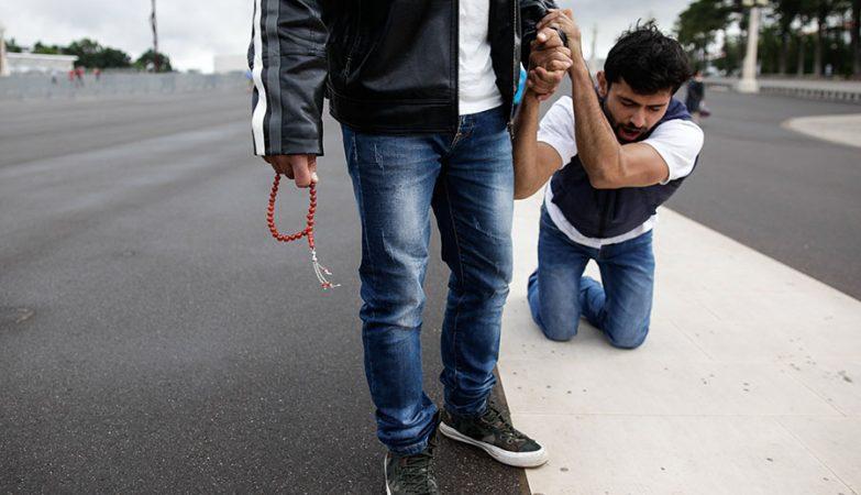 O muçulmano Sami Aoun a pagar uma promessa de joelhos em Fátima.