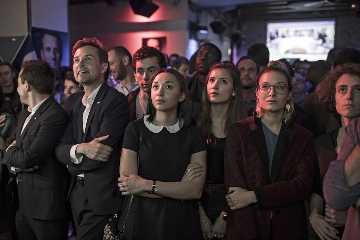 Apoiantes de Emmanuel Macron assistem ao debate do candidato contra Marine Le Pen