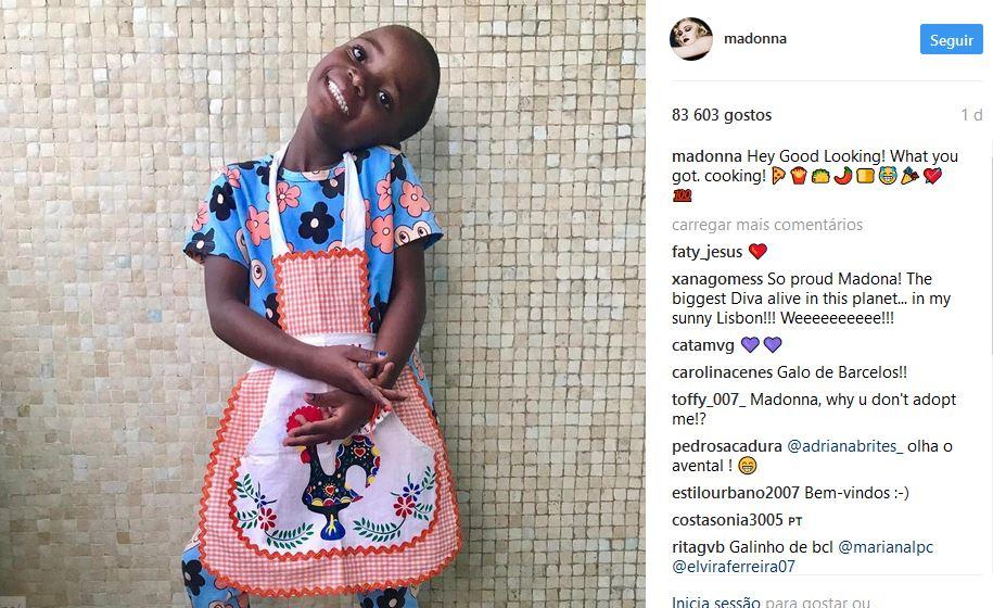 Filha de Madonna com avental do galo de Barcelos