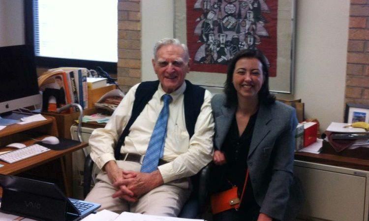 O inventor da bateria de lítio, John B. Goodenough, e a investigadora da FEUP, Maria Helena Braga